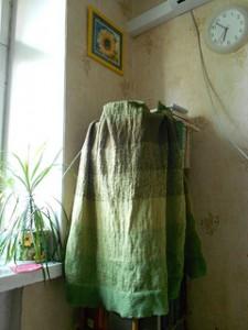 полосатое покрывало на этажерке