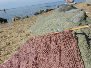 вязание на пляже