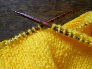 квадратные спицы и желтое вязание