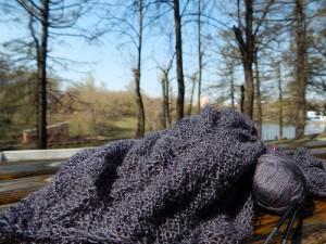 вязание на лавочке в парке лежит