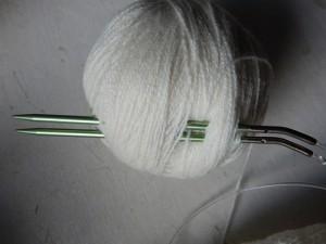 зеленые спицы и белый клубок