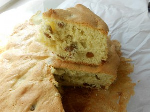 готовый бисквит и кусочек на нем