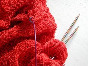 красное вязание и спицы