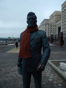 шарф со жгутами на памятнике