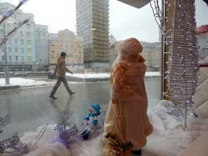 игрушечный дед мороз в окне
