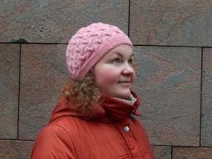 розовая шапка с косами