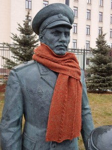 шарф на памятнике
