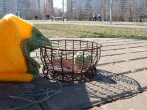 вязание в парке и кошелка