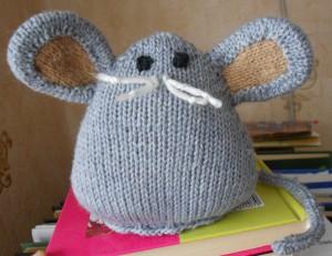 вязаная игрушка мышь
