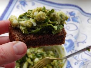 салат из авокадо и яйца на хлебе
