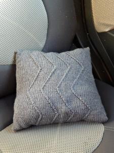 серая подушка с узором зигзагами