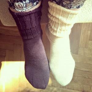 желтый носок и фиолетовый носок