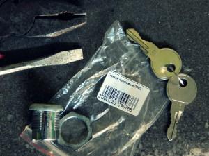 ключи, остатки замка из почтового ящика и инструменты