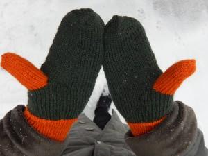 варежки с оранжевым пальцем