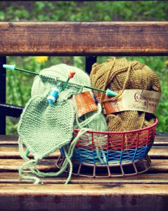 Семёновская пряжа Зелёное яблоко слева и Зелёный янтарь справа. Вяжу шарфик по описанию Марты Стюарт. | ХорошоГромко.ру
