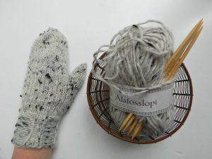 варежка из пряжи lopi и плетёная клубочница | ХорошоГромко.ру