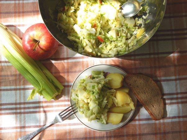 КВЗП: салат из белокочанной капусты с яблоками и сельдереем