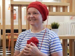 Красная шапка беретом, по кругу спицами, лицевой гладью с полой резинкой | HoroshoGromko.ru