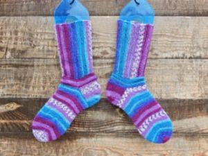 Носки Перпендикулярные с полосками в разных направлениях, инструкция, как связать себе такие же | HoroshoGromko.ru